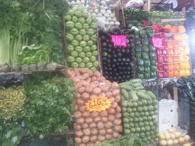 Puesto de verduras en mercado de San Bartolo Naucalpan Estado de México
