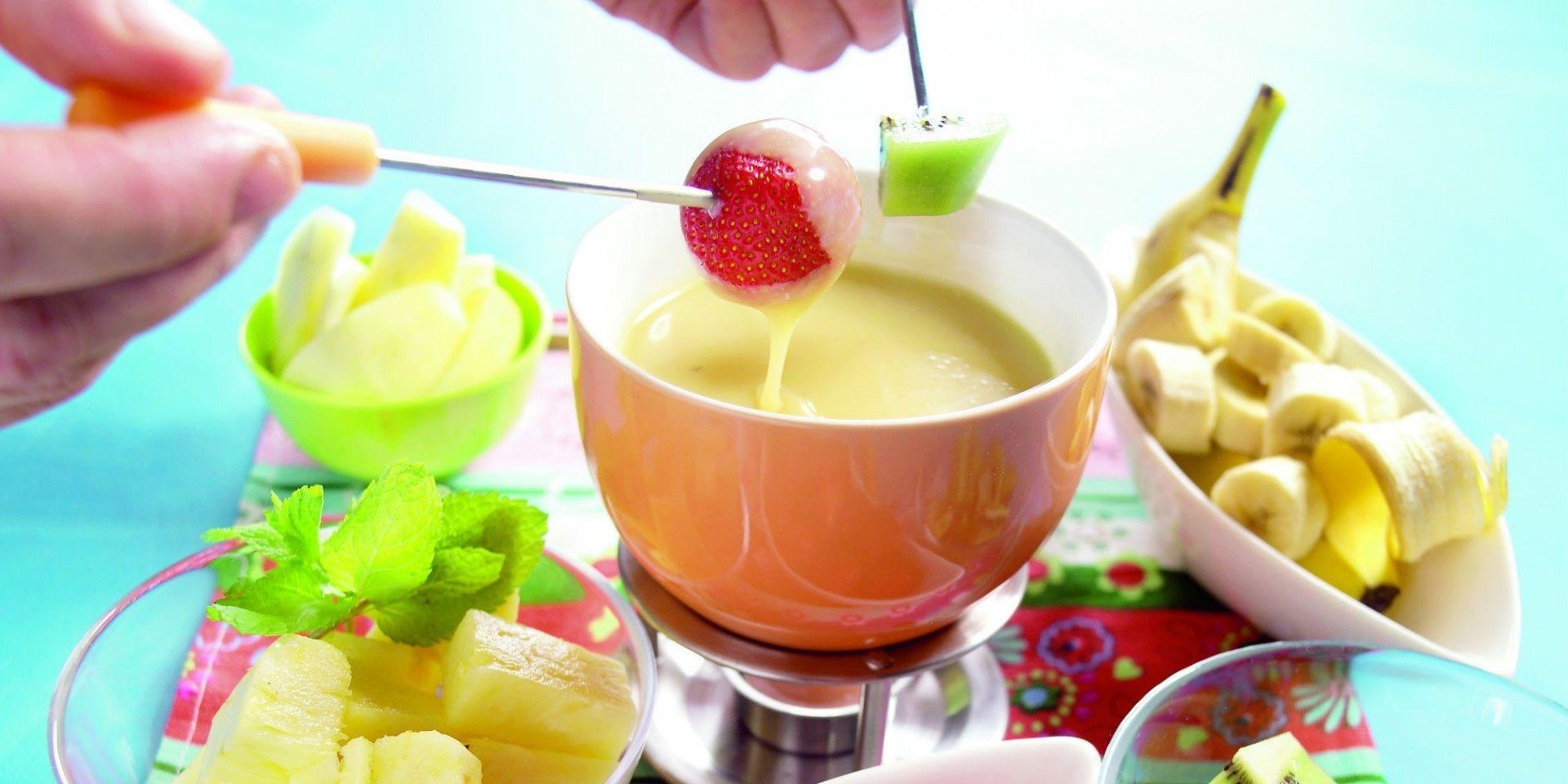Hak Of Breek De Chocolade In Kleine Stukjes Verwarm De Melk Au Bain Marie Laat De Chocolade Al Roerend In De Melk Smelten Chocoladefondue Voedsel Ideeen Eten