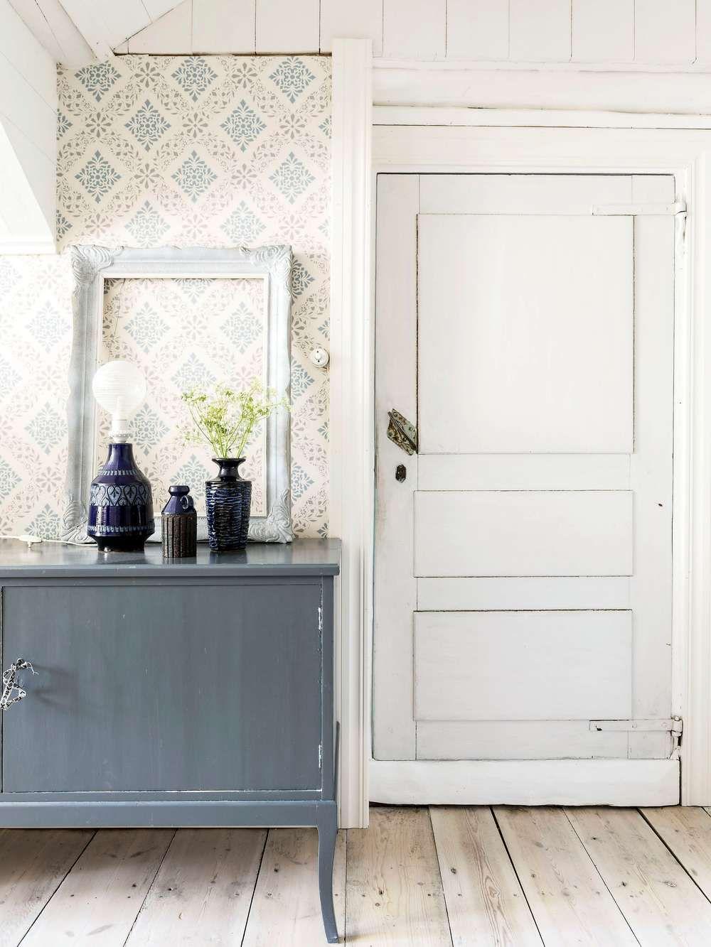 ᎶÅRDSDRÖMMᏋN BLᏋV SANN | Den gamla byrån har målats i en färg som matchar tapeten från Duros gammelsvenska kollektion. Dörren till Elijahs rum är original från 1800-tal.