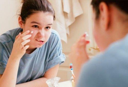 A acne ou espinha, é uma infecção que se dá na pele, é uma doença que precisa de certos cuidados como, lavar o rosto várias vezes ao dia com sabonete adstringente, e usar hidratantes, filtros solares ou outros cremes para a pele.