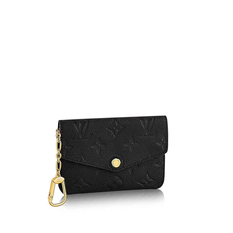 Descubra el Louis Vuitton Tarjetero Para Tarjetas De Visita Este pequeño y fina tarjetero para tarjetas de visita de piel de becerro grabada, es un accesorio sofisticado y práctico, ideal para llevarlo en la chaqueta, en el bolsillo del pantalón o en un bolso pequeño. La delicada solapa con botón a presión con inscripción de la firma pone de manifiesto el savoir-faire de Louis Vuitton y su atención constante a los detalles.