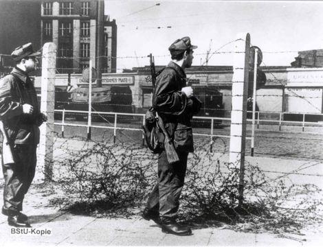 Die Erste Mauer War Aus Stacheldraht Potsdamer Platz 1961 Berliner Mauer Berlin Geschichte Geschichte