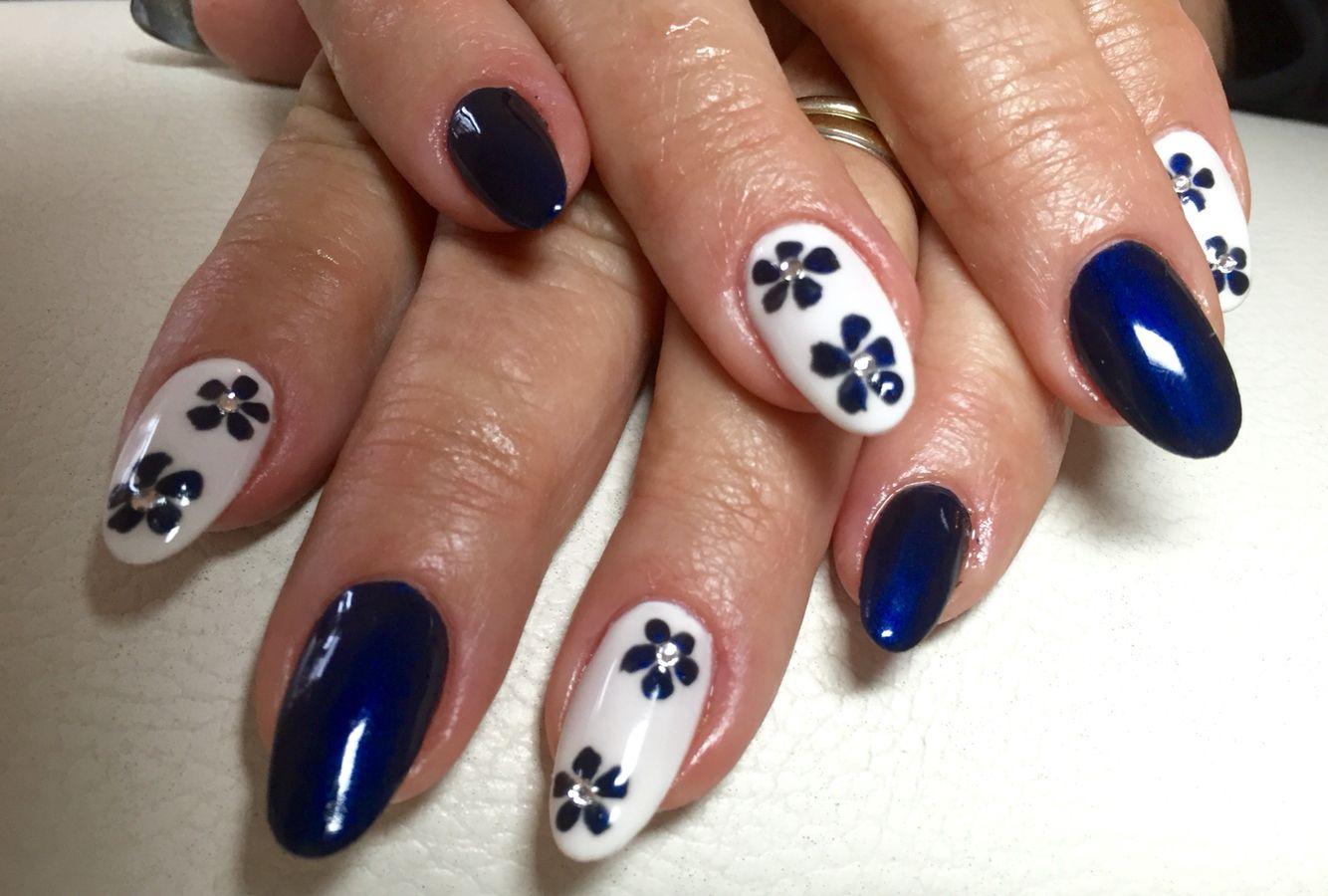 Blau weiß mit Blümchen.  Modellage mit ABC Nailstore