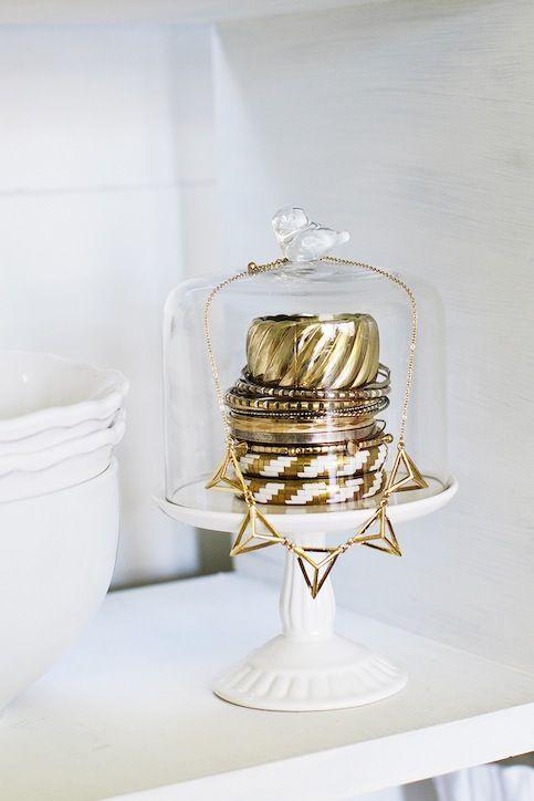 Rannekorut kakkulautasella. Ihanan näköinen korujen säilytysidea. Perfect jewelry storage, a cake stand