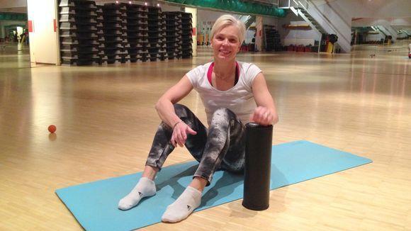 Video: Liikunnanohjaaja Saara Kokko näyttää, miten putkirullalla hierotaan kehon lihakset.