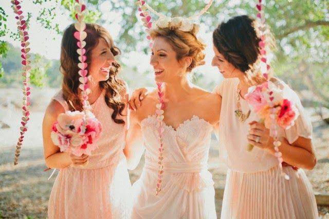 damas de honor boda vestidas de rosa posando con la novia