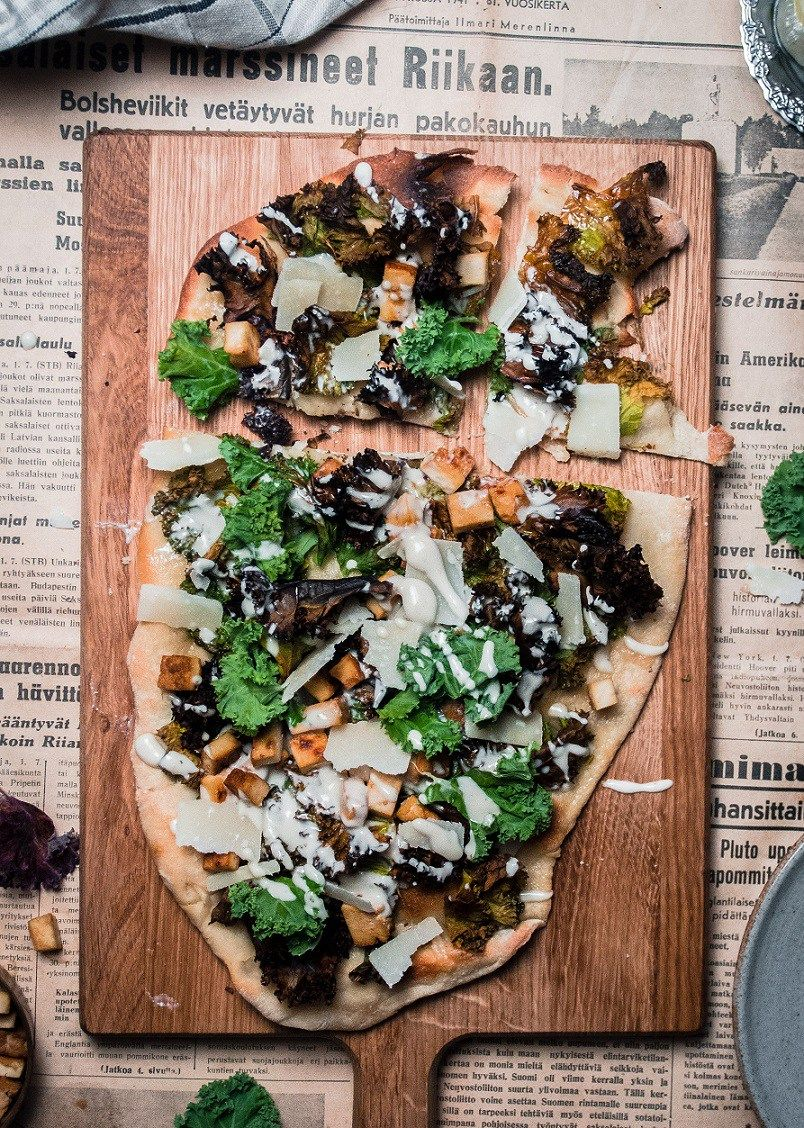 Cold smoked tofu and kale caesar pizza // Kylmäsavutofu-lehtikaali-caesarpitsa