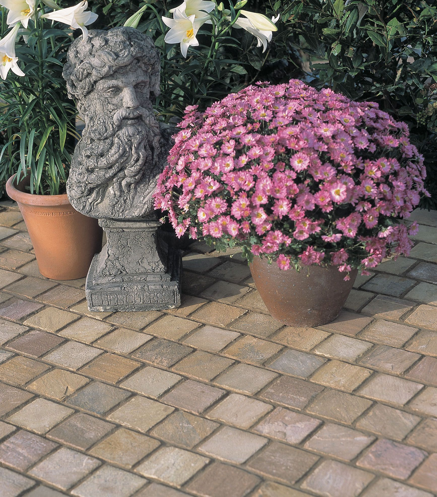 Natural Sandstone: Wonderful natural veining, exquisite riven profiles and tonal variations make each paving slab visually unique.