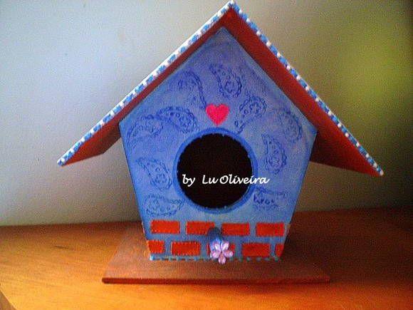 Casinha de passarinho em mdf toda pintada a mão com detalhes de carimbo e textura. <br>Ideal para decorar sua varanda,sacada,quardo de criança...