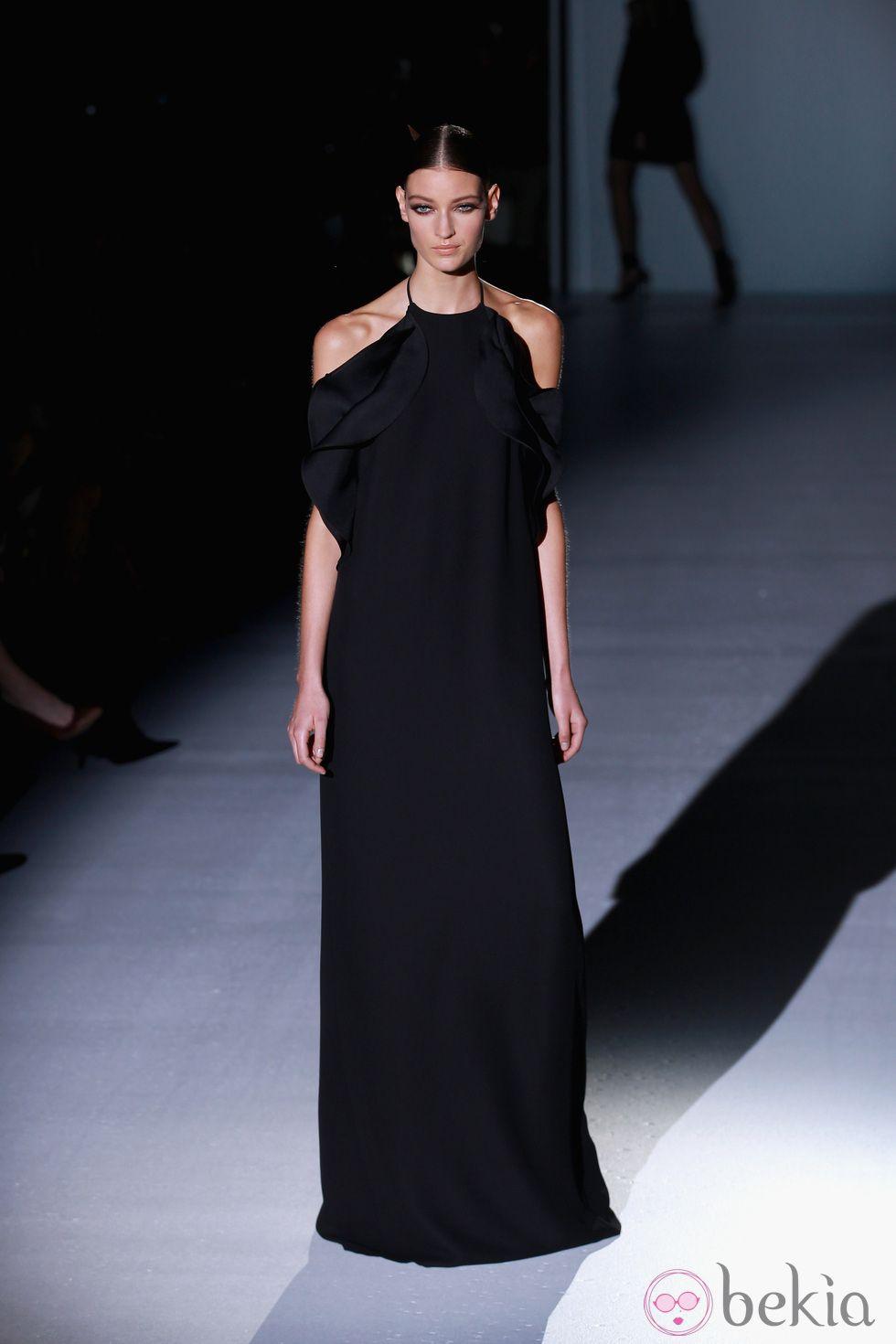 1e82fb2f32 Vestido largo negro con aberturas en los hombros de Gucci en la Semana de  la Moda de Milán primavera verano 2013