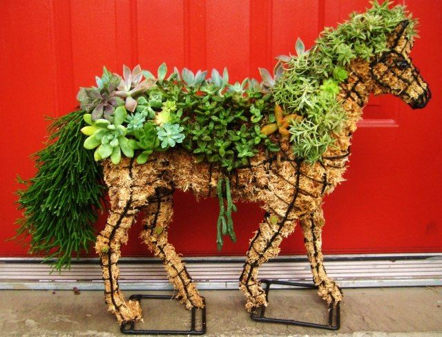 gartendeko idee skulpturen pferd sukkulenten stroh kreativ - gartendeko selbst basteln