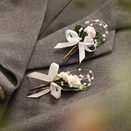 Kleine Hochzeitsanstecker Fur Ihre Gaste Zwei Kleine Weisse Rosen Mit Einem Perlenband Umfasst Von Zwei Blattern Anstecker Hochzeit Hochzeitsanstecker Hochzeit
