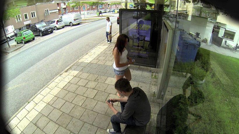 Парень и девушка ожидали на остановке транспорт, как вдруг ...
