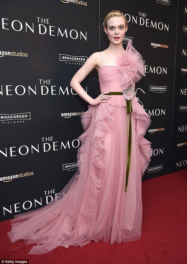 Ružová myslieť: Elle mal na sebe nádherné ruže šaty s volánmi vlakom do New Yorku premiéru...