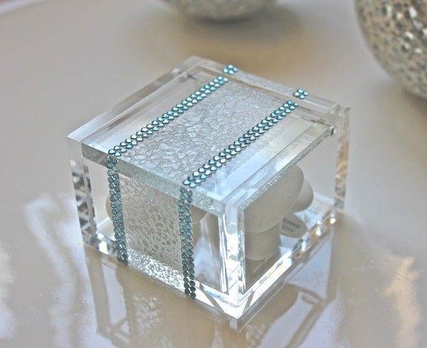 Bomboniera originale in plexiglass celeste con confetti.