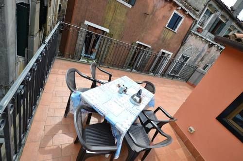 Jessica Venice Located 200 metres from Basilica San Marco, Jessica offers accommodation in Venice. The apartment is 400 metres from Piazza San Marco. Free WiFi is available throughout the property.  The kitchen has a dishwasher and an oven.