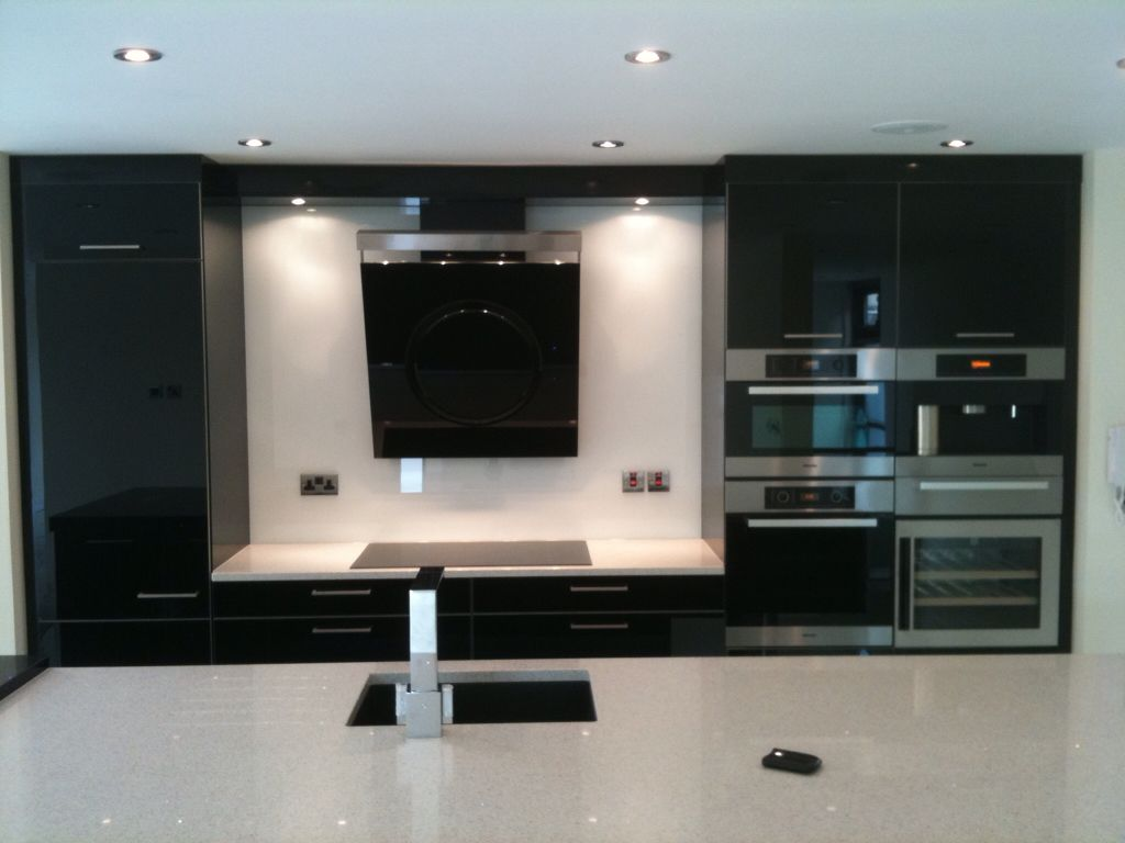 A stunning simple White splashback helps to highlight the cooker hood as a main feature.