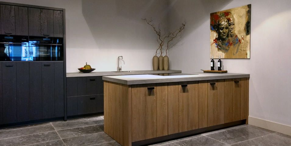 Aanbieding van houten showroomkeuken met keramisch aanrecht en aeg