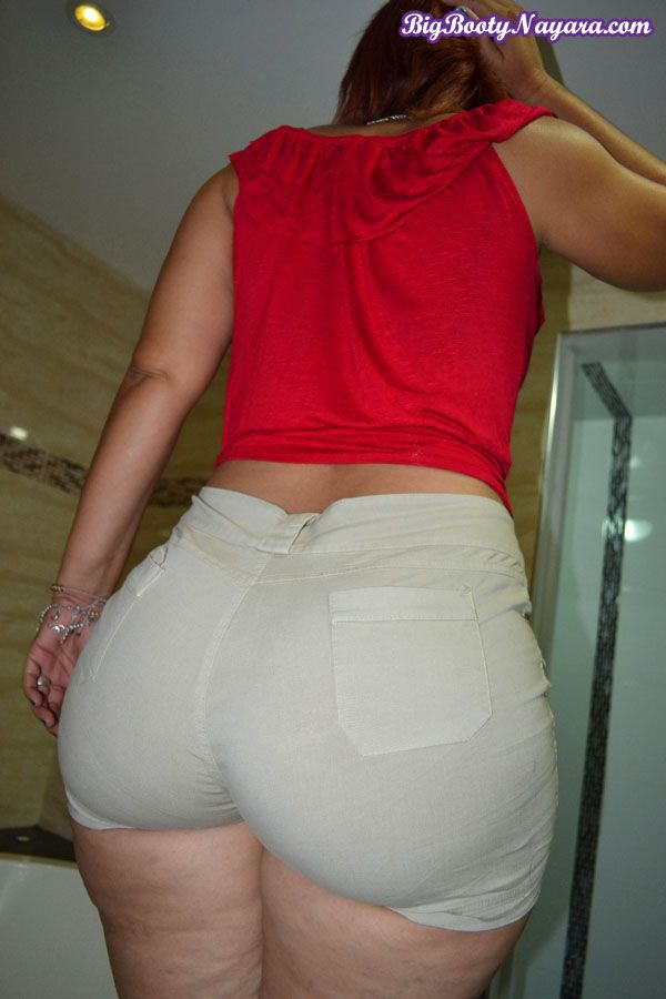 Big wide thick ass wobbling in tight pants 10