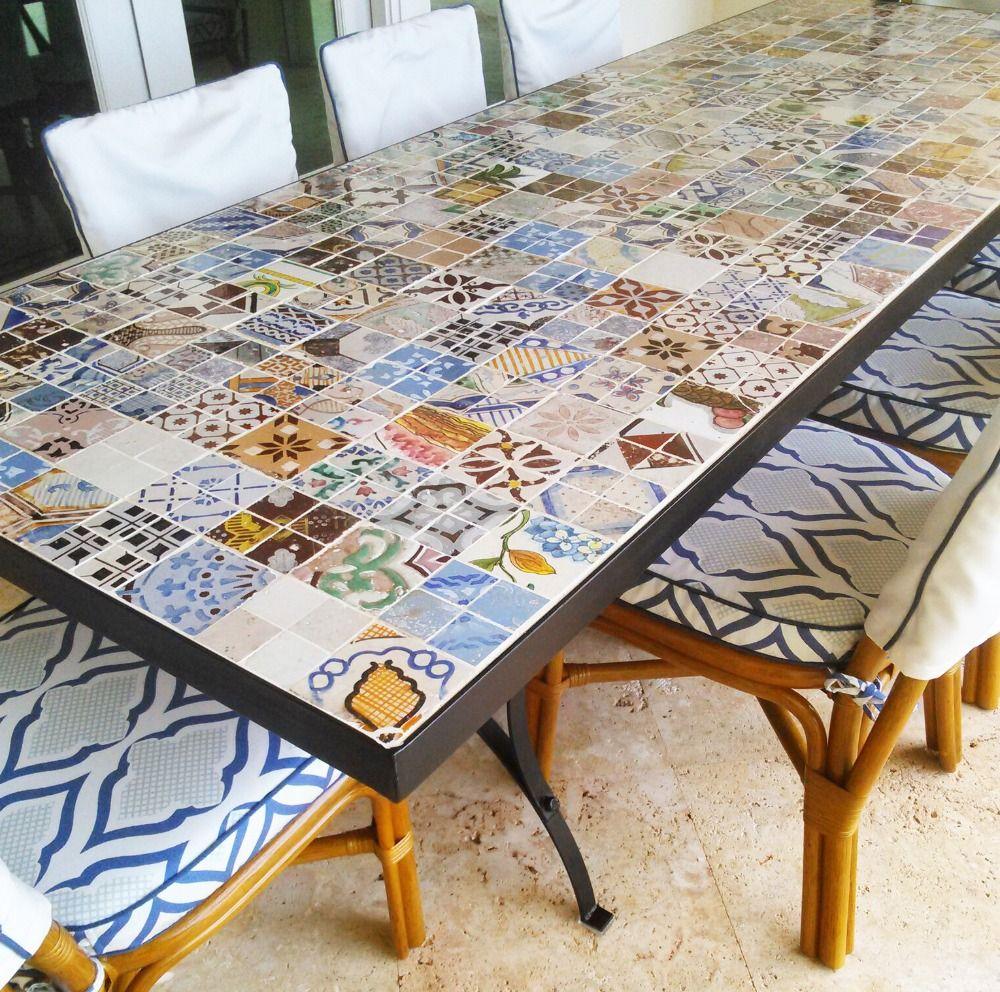 Antiker Tisch Aus Eisen Mit Kleinen Fliesen Bedeckt Und Als Fliesentisch Modern Verarbeitet Fliesen Tische Fliesen Kleine Fliesen