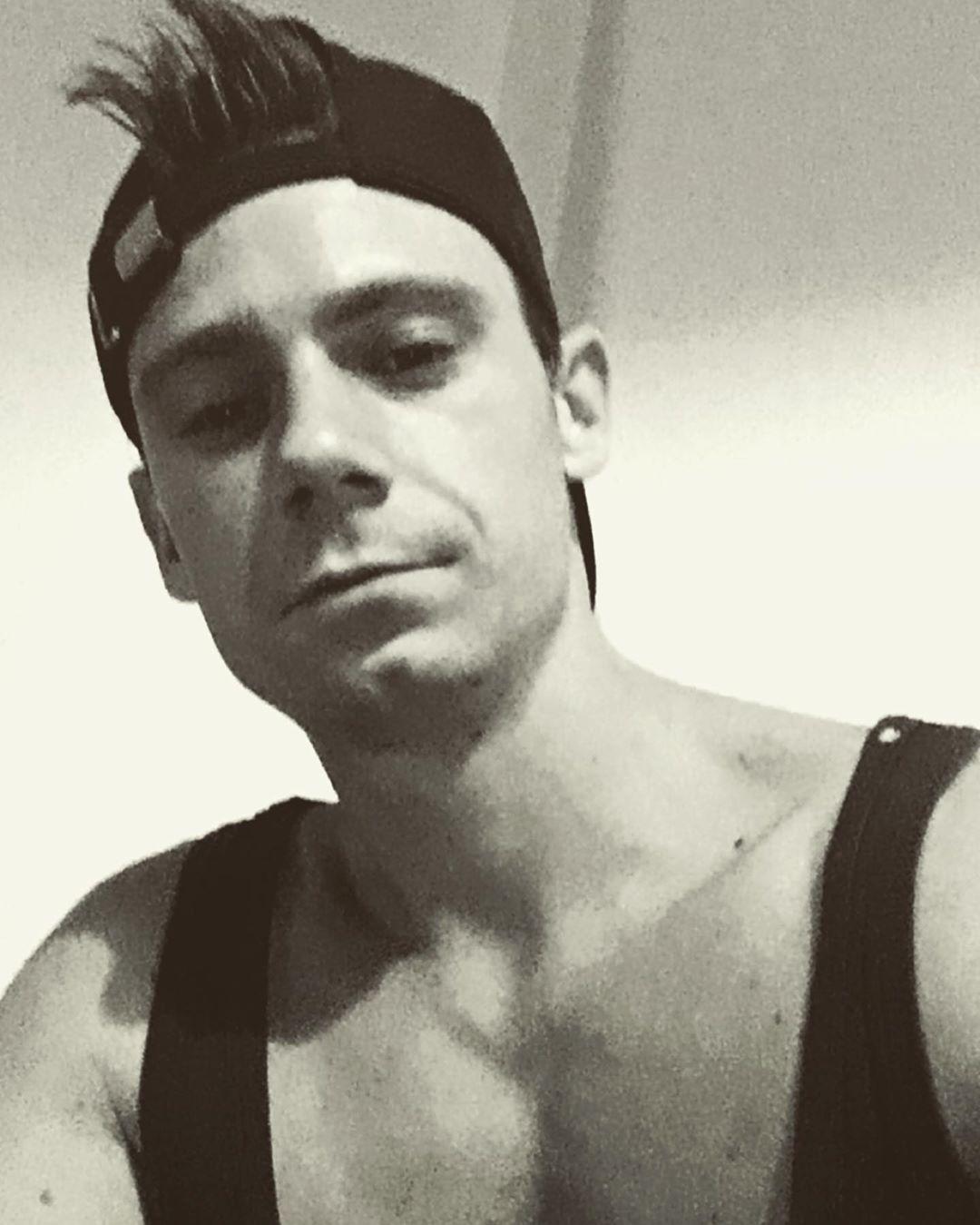 Black and white selfie .. 👻👻 because i can 😏👌🏻 #selfie #selfies #selfiee #blackandwhite #shredded #s...