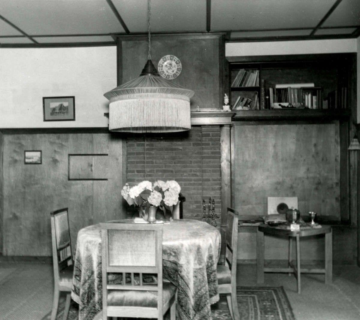 interieur van het huis dat door bewoner eigenhandig werd gebouwd in het eerste