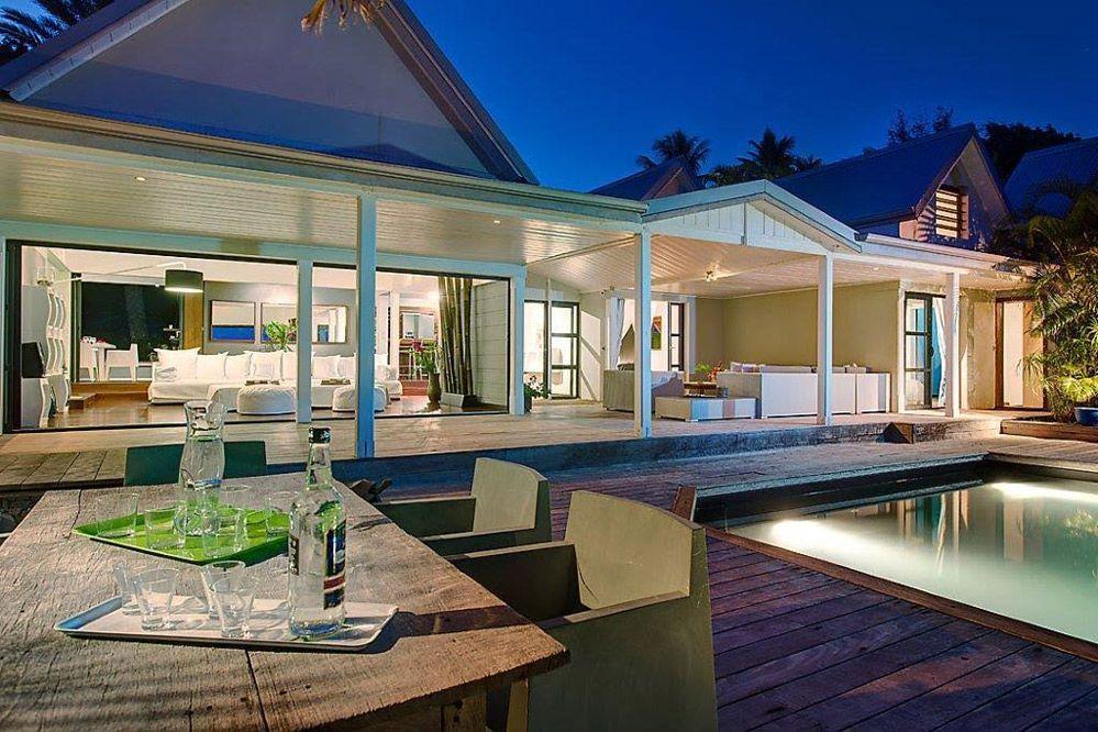 Villa de Luxe piscine vue mer Guadeloupe - Terrasse by night - construire sa maison en guadeloupe