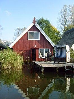 Das Bootshaus mit dem grossen Steg von der Wasserseite aus