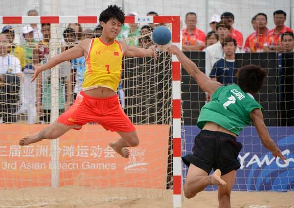 Lapat Chutan of Thailand (R) scores a penalty shootout goal against goalkeeper Yu Xingzhe of China during the 3rd Asian Beach Games in Haiyang, Shandong Province.
