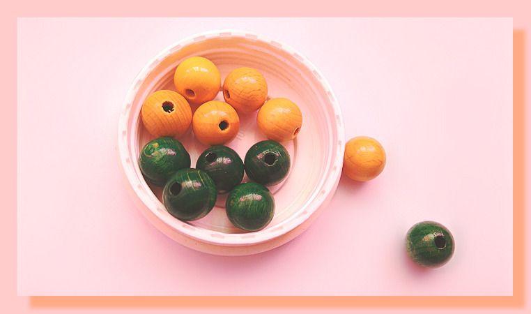 12 perles imitation bois de 12 mm de couleur jaune et vert foncé : Perles en Bois par chely-s-creation