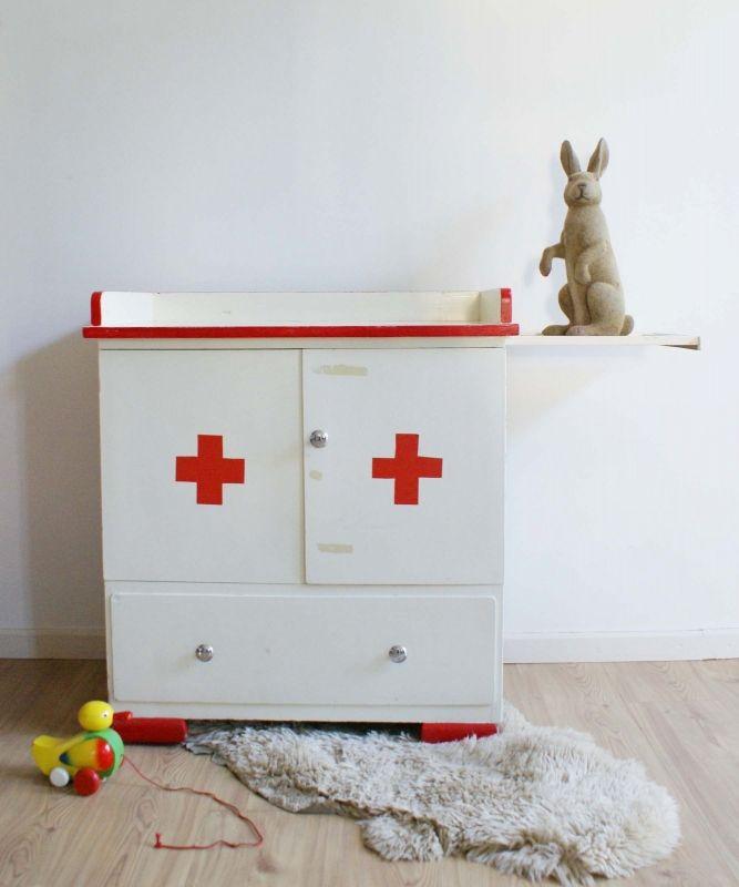 Kinderkast Met Commode.Unieke Retro Commode Met Ziekenhuis Thema Vintage Kinderkast Wit