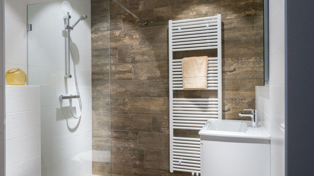 Betegelen Kleine Badkamer : Kleine badkamer van baderie met houtlook tegels bekijk de