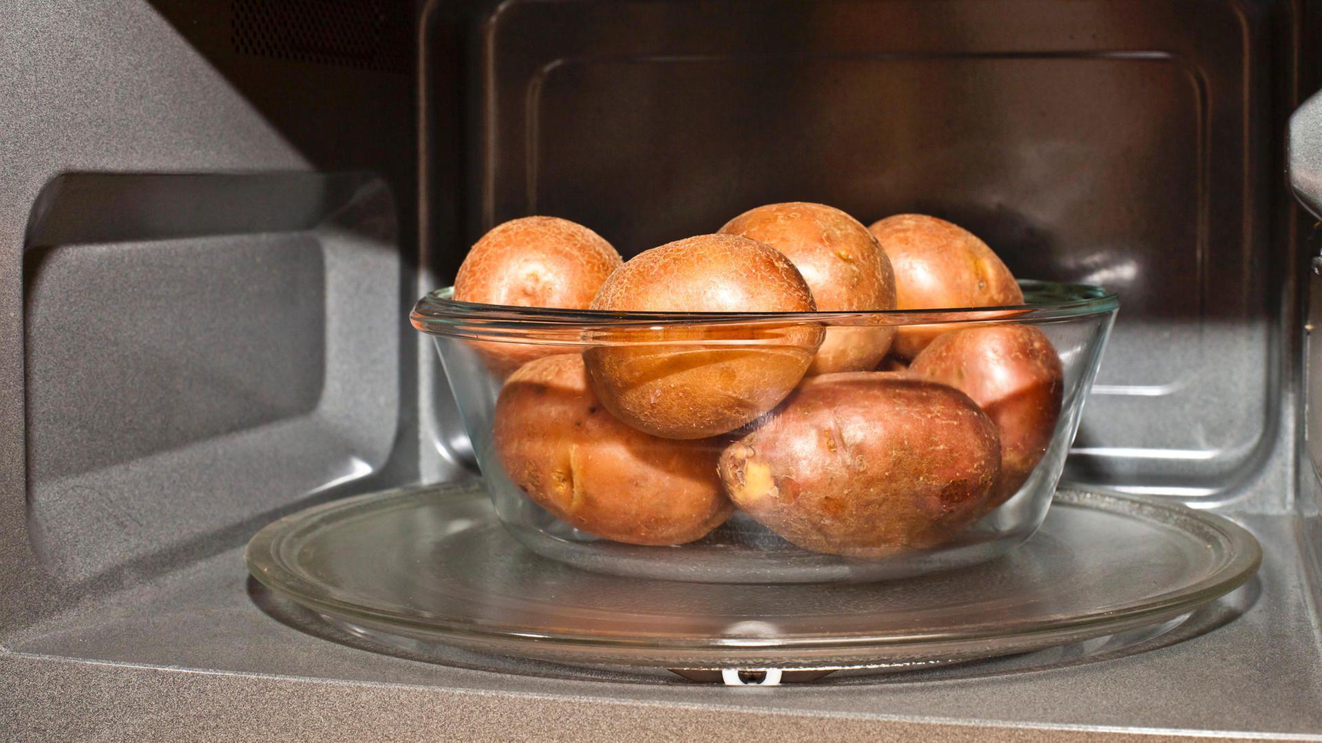 So Gelingen Pellkartoffeln In Der Mikrowelle Lebensmittel Essen Pellkartoffeln Kartoffeln In Der Mikrowelle