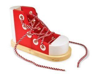 Ma liste de jouets et objets éducatifs d'inspiration Montessori: les chaussures à lacer . Toute la sélection ici: http://little-gabchou.com/idees-cadeaux-montessori-pour-enfants-de-18-mois-a-3-ans/  #idéecadeau #montessori #jouetsenbois