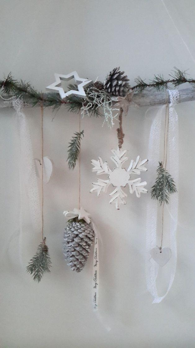Liebevoll gestaltete Fensterdeko aus Ast im white washed Stil, kombiniert mit Holz-Schneeflocke,Shabby Holz-Herzen,Bändern,Kunstgrün und etlichen weiteren floristischen Materialien machen dieses...
