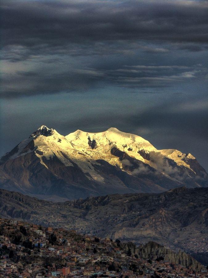 La montaña Illimani es la segunda montaña más alta de Bolivia. Se pued verla de La Paz. Hay nieve en el pico.