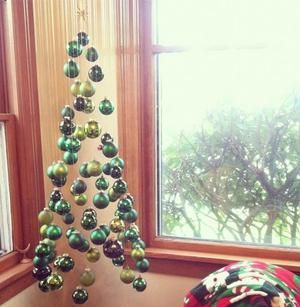 Bekijk de foto van dagdromen mag met als titel kerstboom van hangende kerstballen en andere inspirerende plaatjes op Welke.nl.