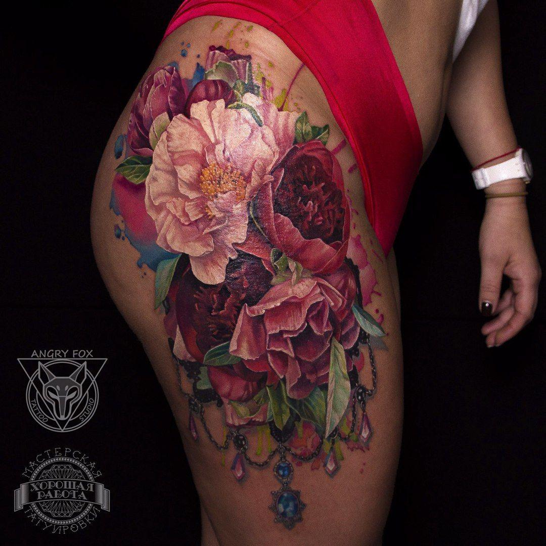 цветы белые красные и розовые пионы и акварель тату на бедре у