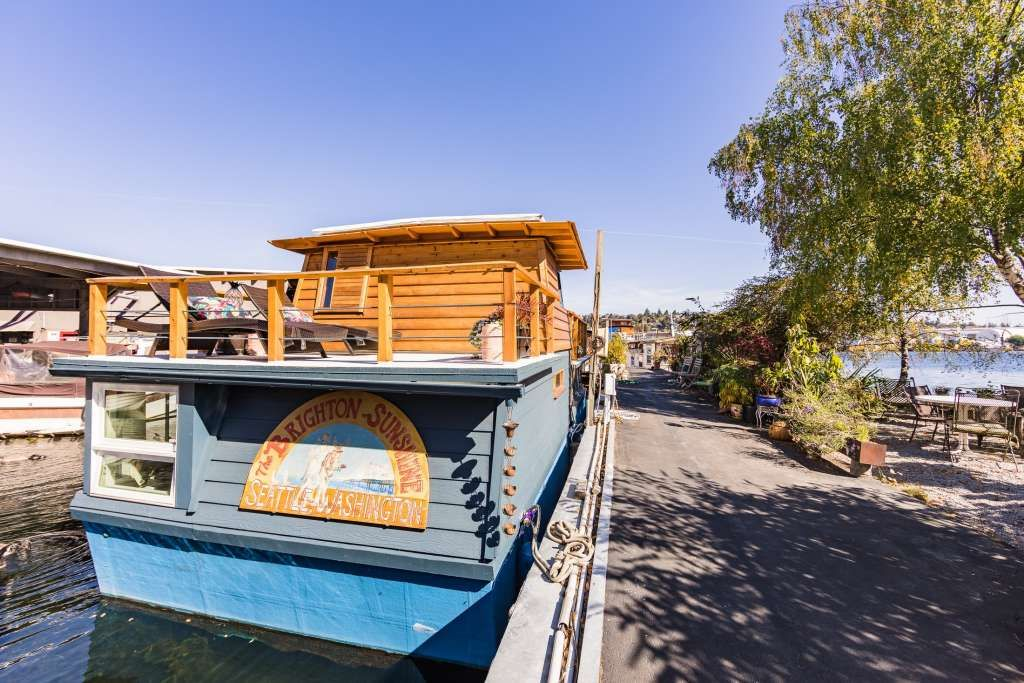 This 510 Square Foot Houseboat Is A Total Surprise On The