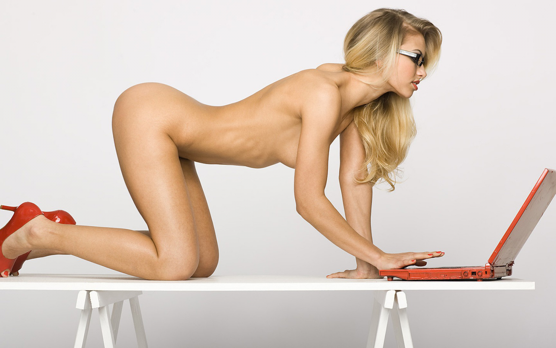 Nude girl with laptop-2229