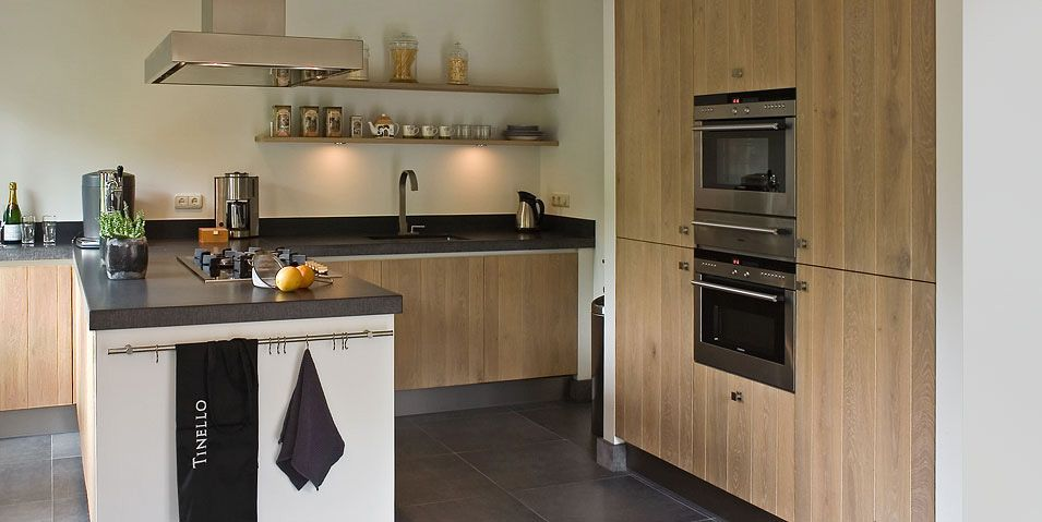 Modern landelijke keuken combineert gezelligheid met eigentijdse stijl le combinatie hout wit - Eigentijdse houten keuken ...