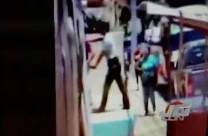 Agente De AMET Es Grabado Arrestando Violentamene Un Dj En Mao #Video