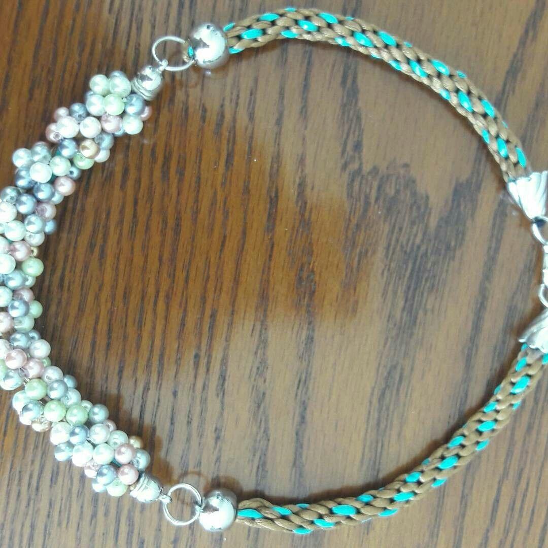 Collar en perlas de cristal y kumihimo.