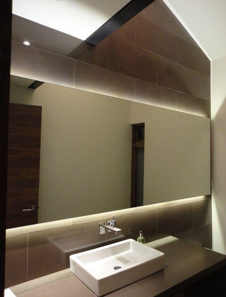 Bad Spiegel mit Hinterbeleuchtung und braune Fliesen ...