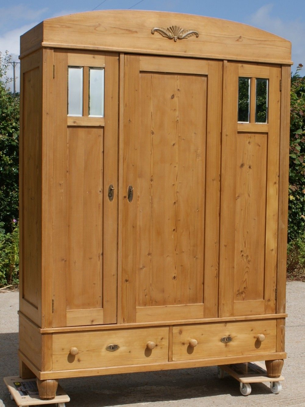 Incroyable EARLY 20th CENTURY LARGE ANTIQUE GERMAN SOLID PINE ARMOIRE WARDROBE