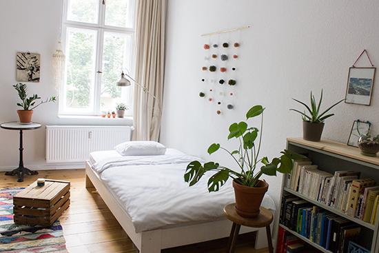sch nes helles wg zimmer die perfekte einrichtungsinspiration helles bett vor dem fenster. Black Bedroom Furniture Sets. Home Design Ideas