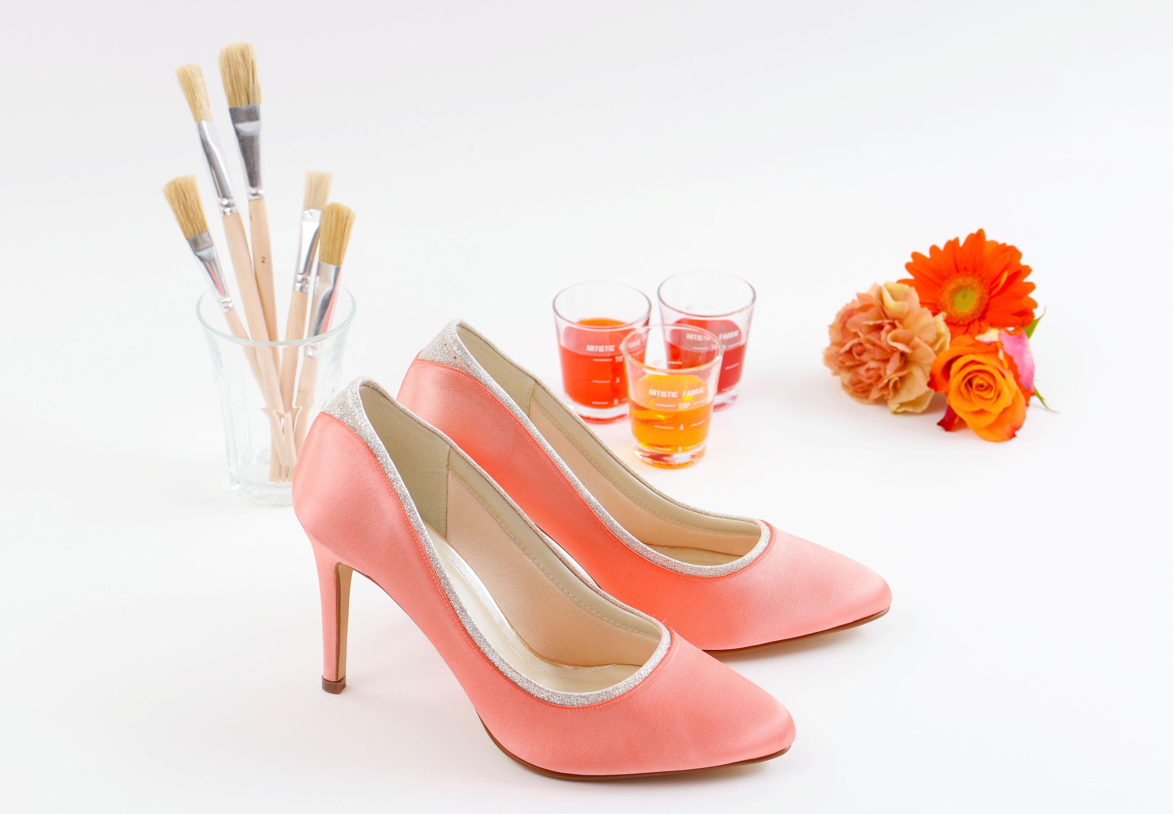 Brautschuhe färben oder bleichen - ganz einfach!   Die Brautschuhe werden im hauseigenen Atelier von verasposa.de von Hand eingefärbt.  Ein Stückchen Stoff als Vorlage genügt, um die Farbe passend zu Ihrem Outfit zu bestimmen.  Der Färbeservice eignet sich auch perfekt für die Brautmutter oder für geladene Gäste, damit die Schuhe optimal zum Outfit passen.