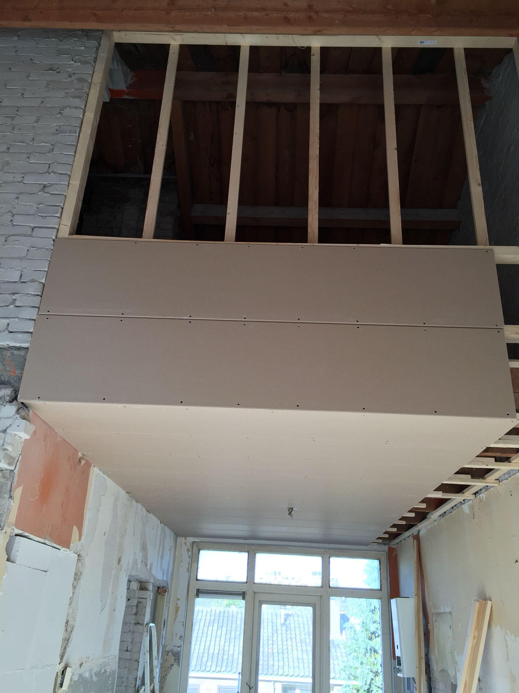 Woonverdieping. Keuken: het plafond zit er bijna in. Nu de lichtpunten bepalen en door met het leidingwerk voor de keuken.