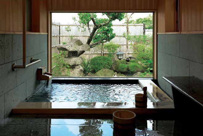 掛け流しの温泉でお客さまをもてなす家 日本のインテリアデザイン
