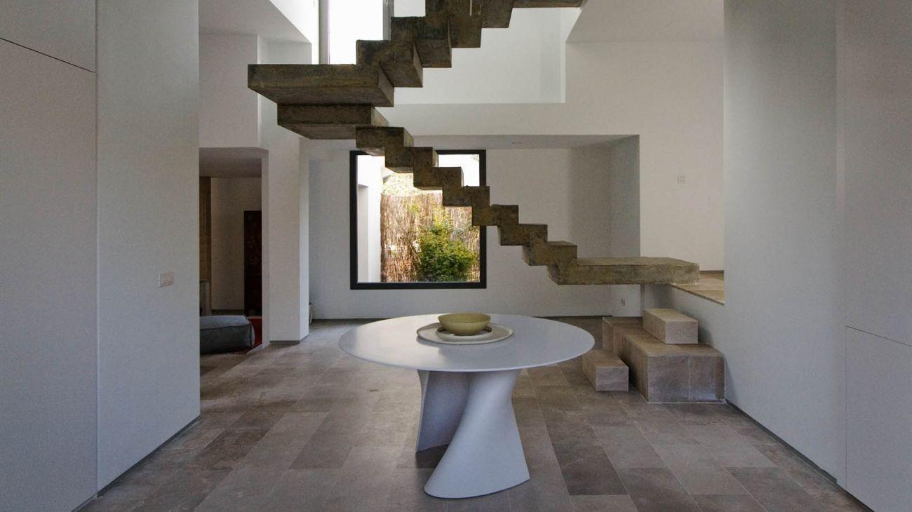 Suspended concrete stairway design peldañeada Abaton Architecture
